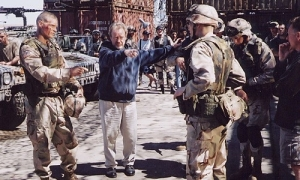 ridley-scott-sul-on-th-set-of-black-hawk-down